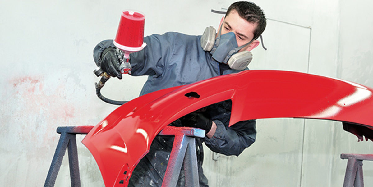 Professional body shop worker painting red ca bumper. Schlagwort(e): car painting, painting, airbrush, car, red, painting red bumper, coat, color, crash, door, gun, lacquer, paintbox, professional, front, blue, repair, smart, spot, spray, fender, varnish, mask, masking, box, vehicle, work, body, compressor, bodywork, body, work, cover, garage, paintwork, paper, tape, service, worker, man, painter, booth, mechanic, blue, bidy shop